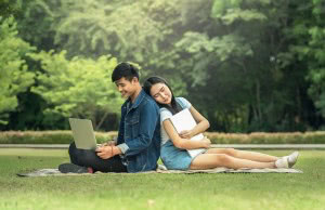 股間周辺の温度を上昇させないためにも、膝上でのノートパソコンの使用は控える