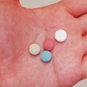 リザベリンの錠剤は、バファリンよりも少し小さい。